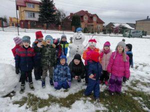 Przedszkolaki w akcji – zimowe zabawy na śniegu